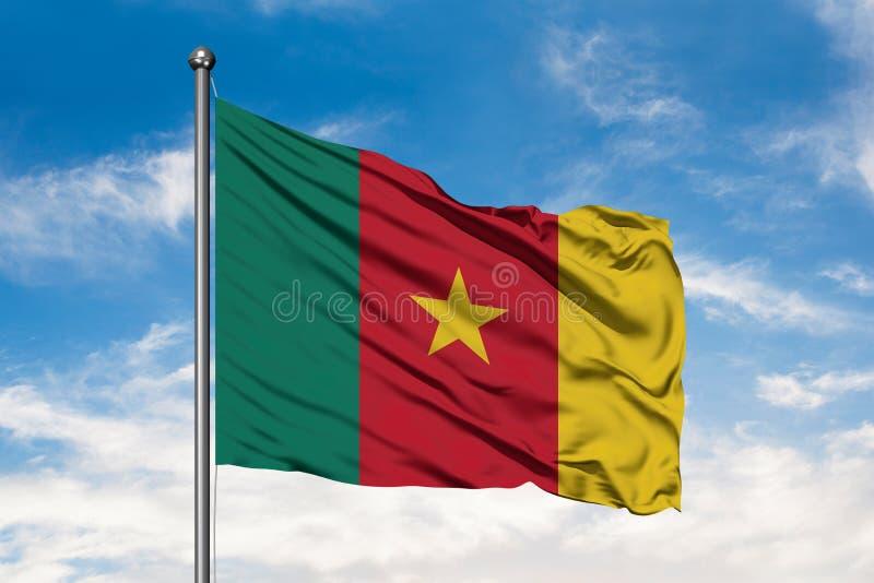 Bandera del Camerún que agita en el viento contra el cielo azul nublado blanco Bandera camerunesa imágenes de archivo libres de regalías