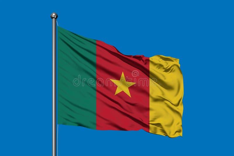Bandera del Camerún que agita en el viento contra el cielo azul profundo Bandera camerunesa fotografía de archivo