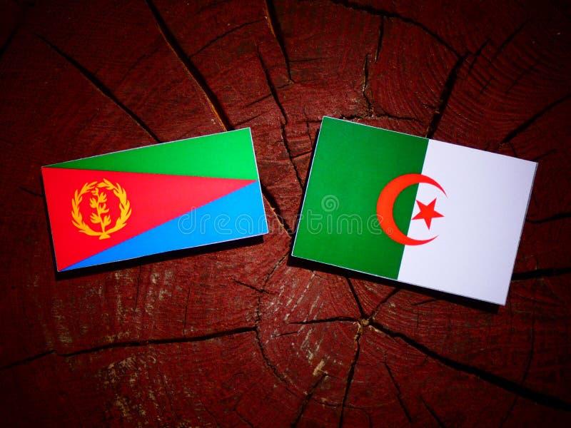 Bandera del Eritrean con la bandera argelina en un tocón de árbol aislado stock de ilustración