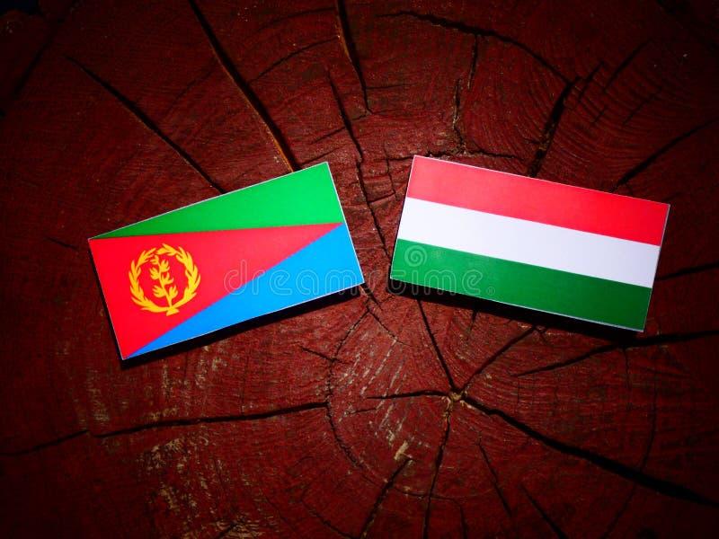 Bandera del Eritrean con la bandera húngara en un tocón de árbol aislado libre illustration