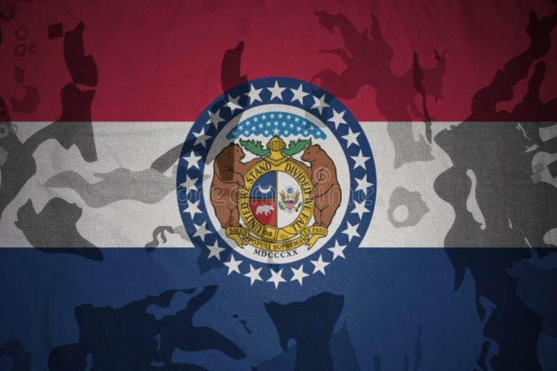 bandera del estado de Missouri en la textura de color caqui Concepto militar imagen de archivo