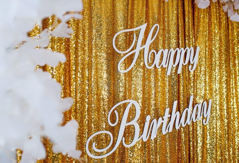 Bandera del feliz cumpleaños en la cortina de oro imagen de archivo libre de regalías