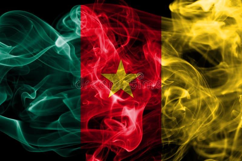 Bandera del humo del Camerún en un fondo negro fotos de archivo
