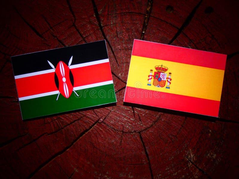 Bandera del Kenyan con la bandera española en un tocón de árbol imágenes de archivo libres de regalías