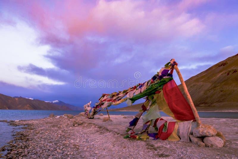 Bandera del rezo de Tibetian al lado de TSO de Pangong del lago Pangong, Leh, Ladakh, la India fotografía de archivo libre de regalías