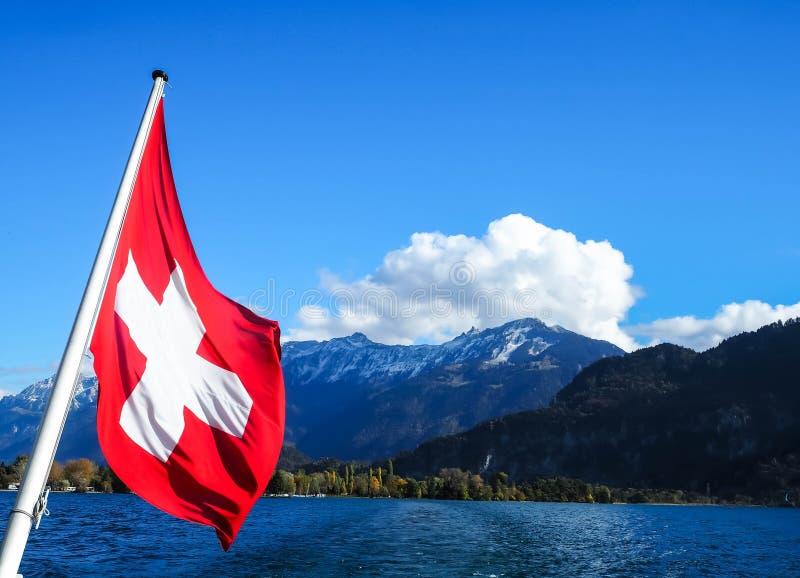 Bandera del ` s de Suiza en medio del fuerte viento imagen de archivo libre de regalías