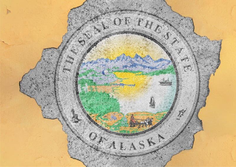 Bandera del sello de Alaska del estado de los E.E.U.U. pintada en el agujero concreto y la pared agrietada imagen de archivo