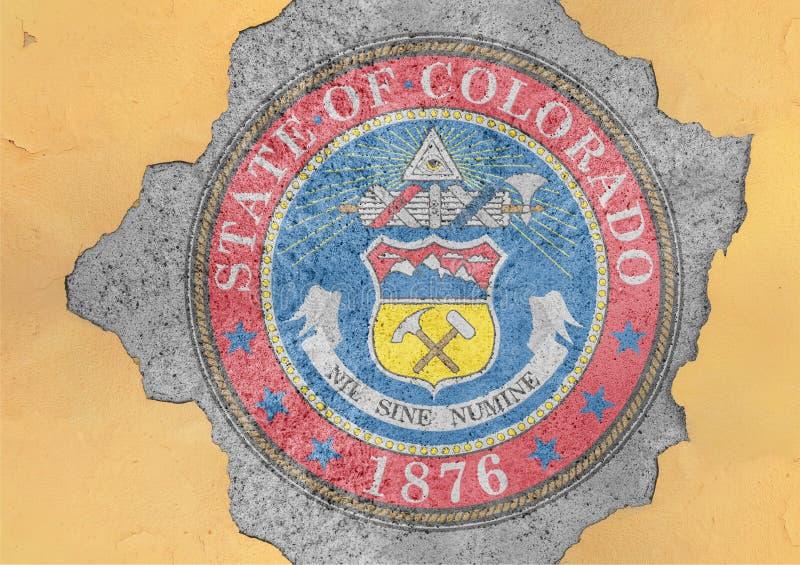Bandera del sello de Colorado del estado de los E.E.U.U. pintada en el agujero concreto y la pared agrietada foto de archivo