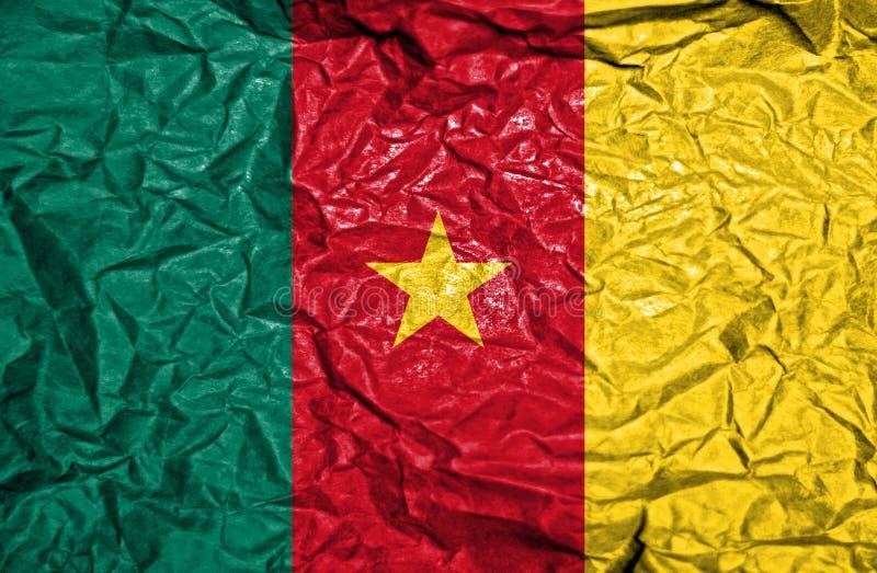 Bandera del vintage del Camerún en viejo fondo de papel arrugado imagen de archivo