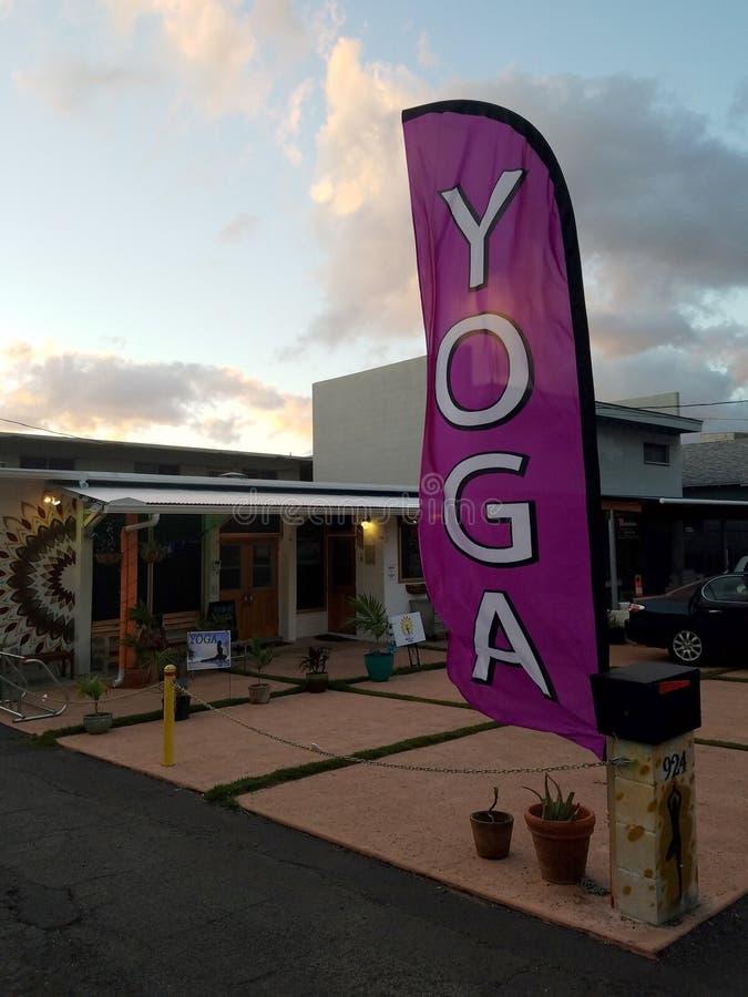 Bandera del yoga en el estudio Hikina imagen de archivo