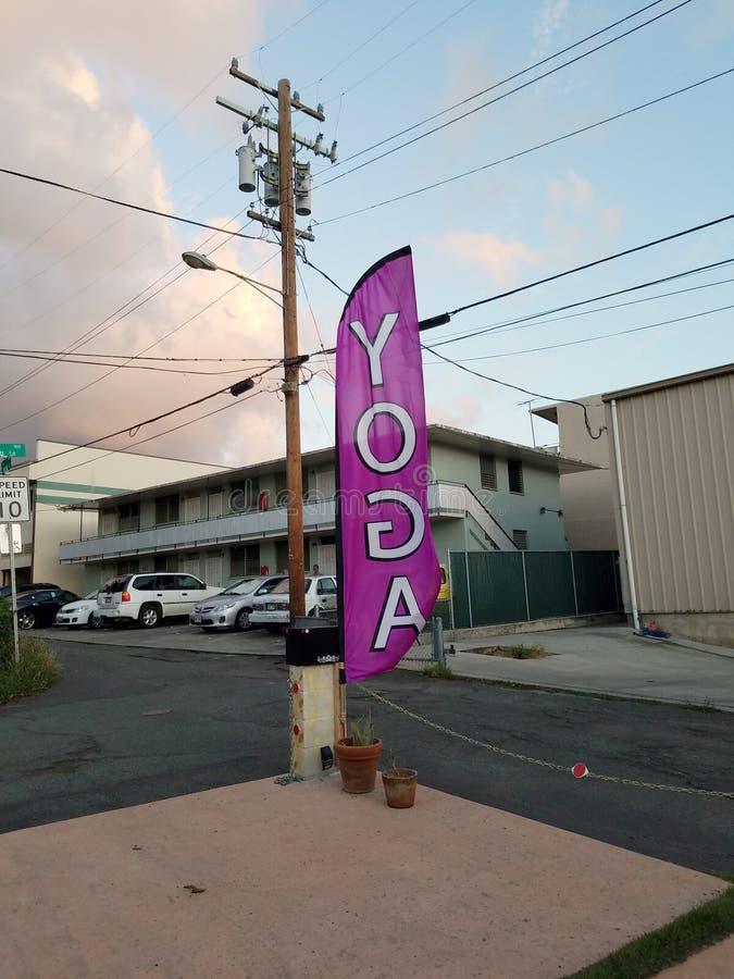 Bandera del yoga fuera del estudio de yoga Hikina fotos de archivo