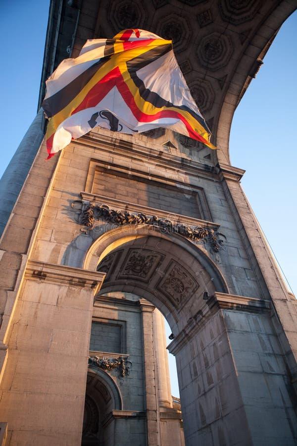Bandera en arco triunfal en Bruselas, belio foto de archivo libre de regalías