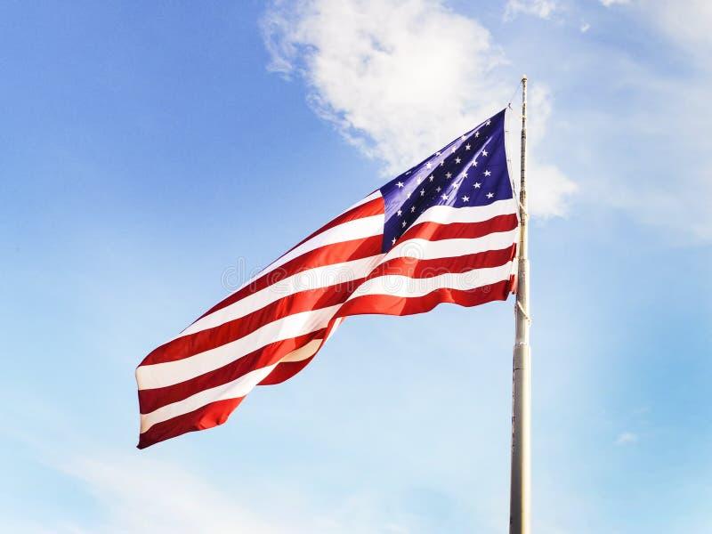 Bandera en grande de los E.E.U.U. en un polo fotografía de archivo