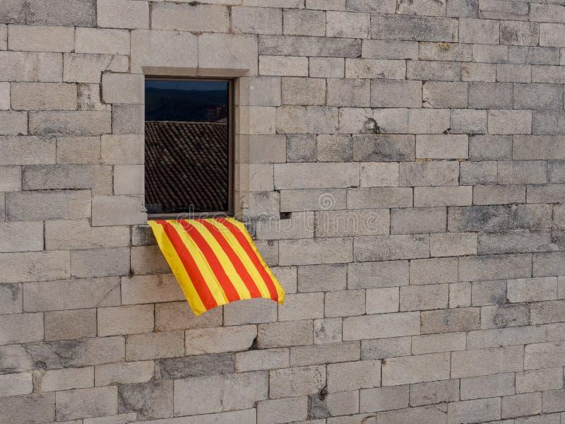 Bandera en la ventana fotos de archivo