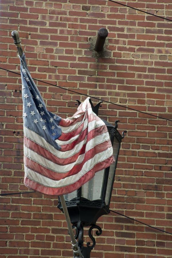 Bandera en luz de calle foto de archivo libre de regalías