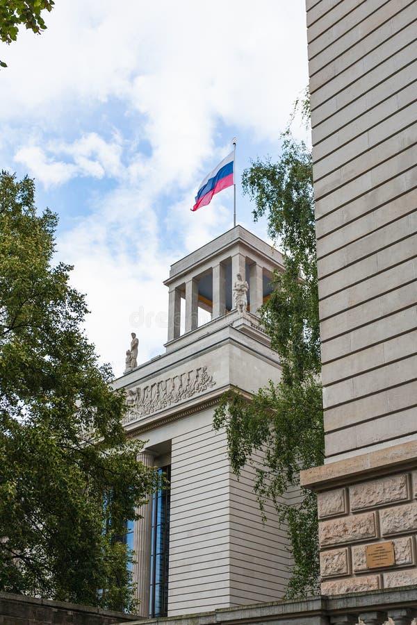 Bandera encima de la embajada de la Federación Rusa foto de archivo libre de regalías