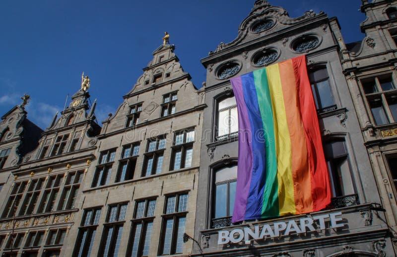 Bandera enorme de LGBT en el edificio fotografía de archivo