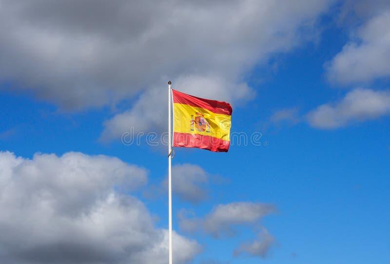 Bandera española con el cielo azul imagenes de archivo