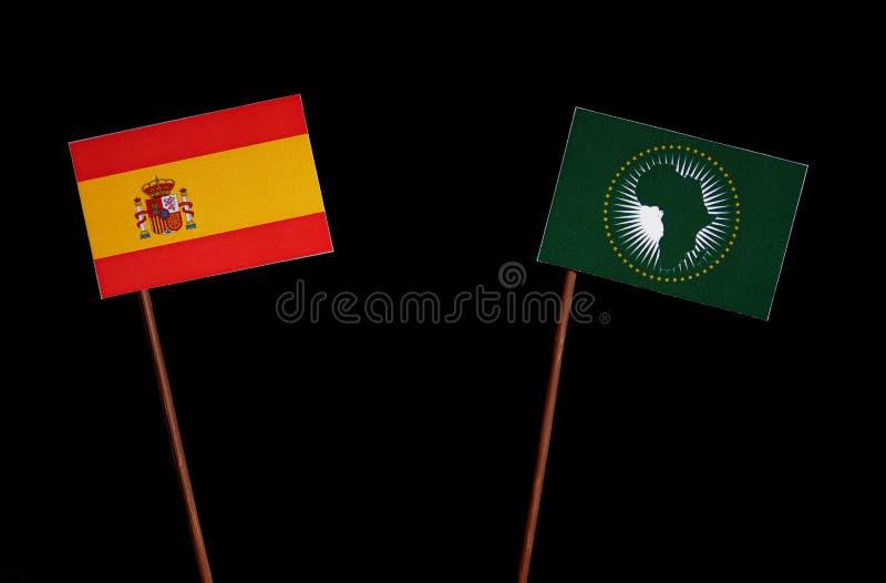 Bandera española con la bandera de unión africana aislada en negro imagenes de archivo