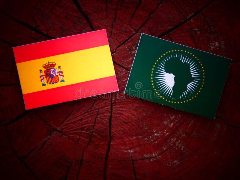 Bandera española con la bandera de unión africana en un tocón de árbol fotos de archivo libres de regalías