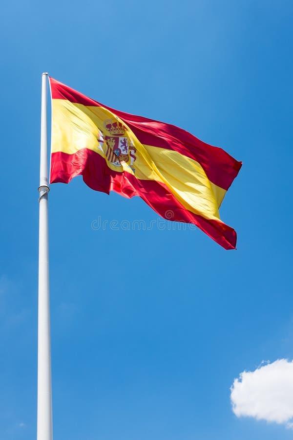 Bandera española con una nube en el cielo imagen de archivo