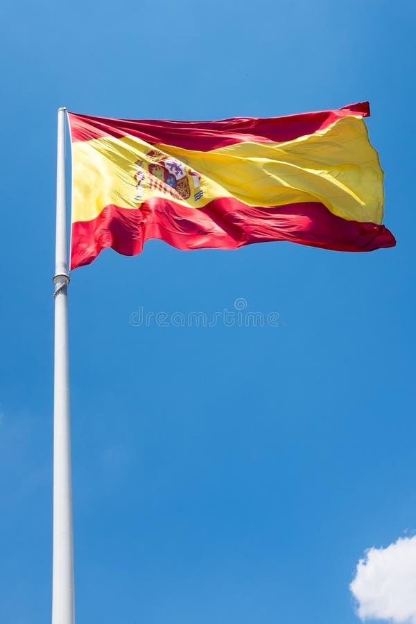 Bandera española con una nube en el cielo fotos de archivo