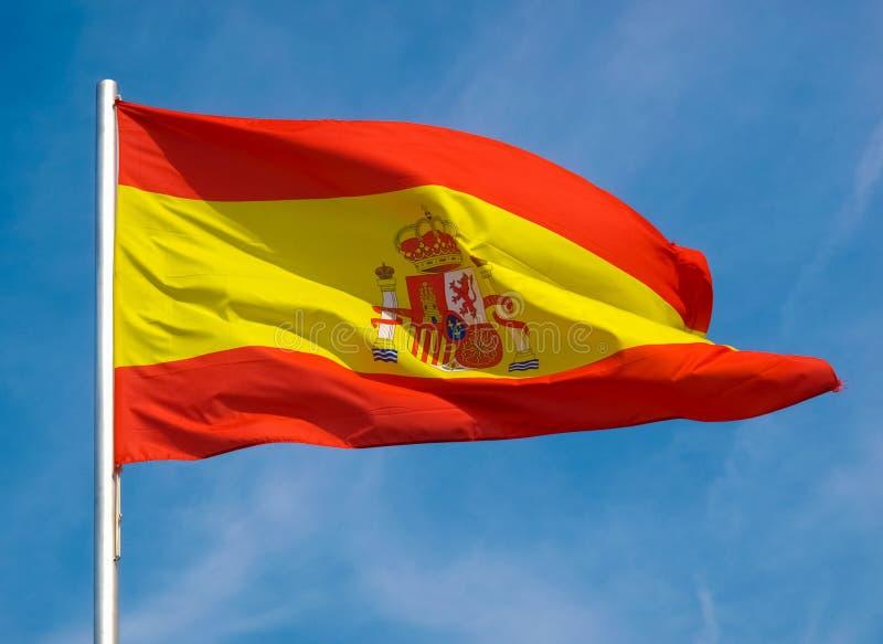 Bandera española de España sobre el cielo azul fotos de archivo libres de regalías