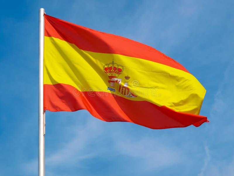 Bandera española de España sobre el cielo azul fotografía de archivo