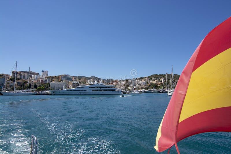 Bandera española de la opinión del viaje del barco del puerto de Palma imagen de archivo libre de regalías