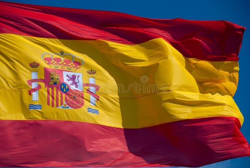 Bandera española del mismo tamaño que agita en viento fotos de archivo