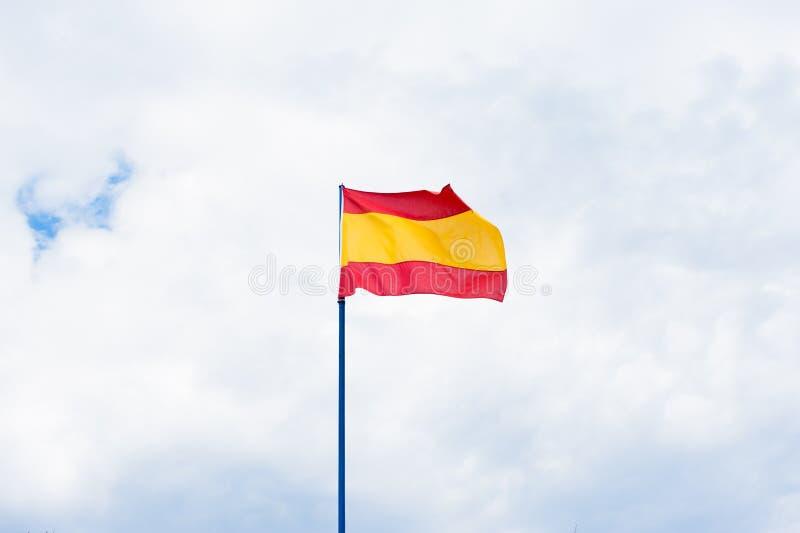 Bandera española en cielo nublado imagen de archivo libre de regalías