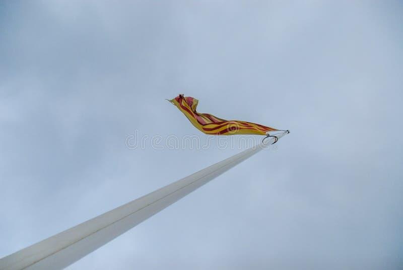 Bandera española en la asta de bandera blanca imagen de archivo libre de regalías