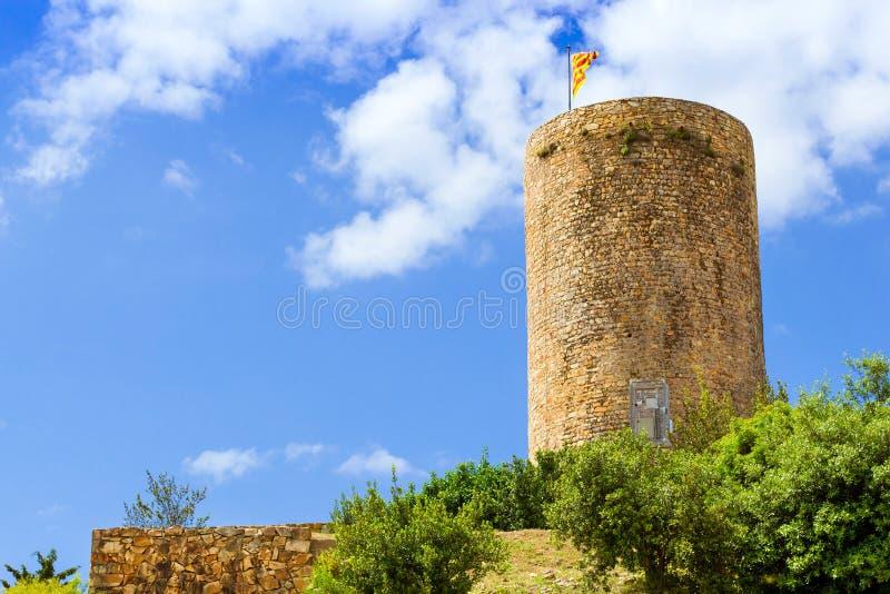 Bandera española en la torre del castillo San Juan Blanes fotos de archivo libres de regalías