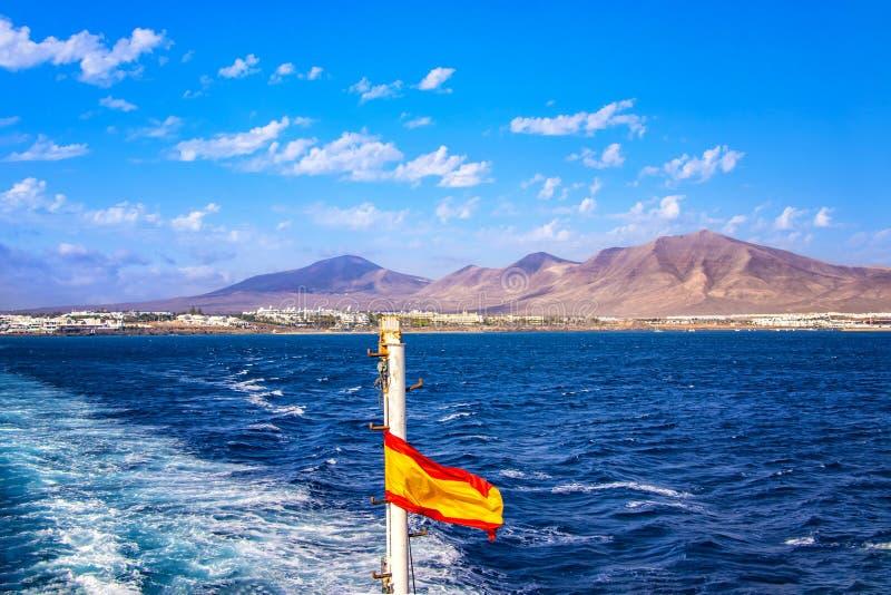 Bandera española en un barco de cruceros en el mar imagenes de archivo