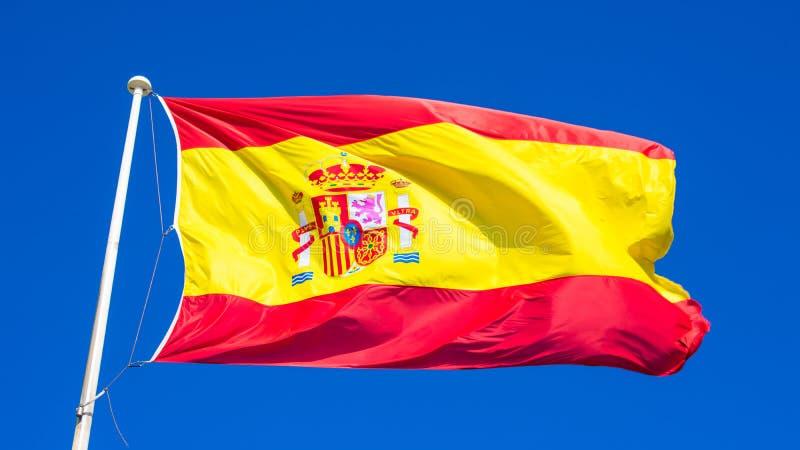 Bandera española en un cielo azul imágenes de archivo libres de regalías