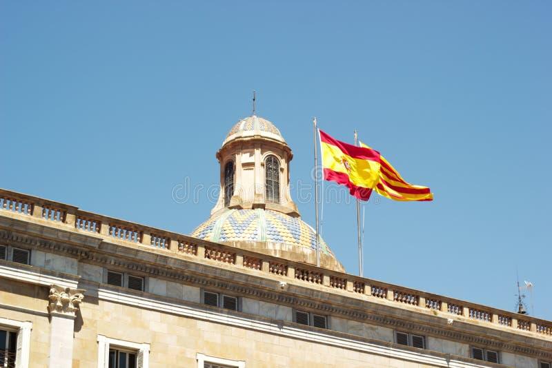 Bandera española en un polo, ondulando en el viento imágenes de archivo libres de regalías
