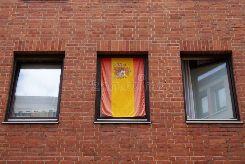 Bandera española en ventana imagen de archivo