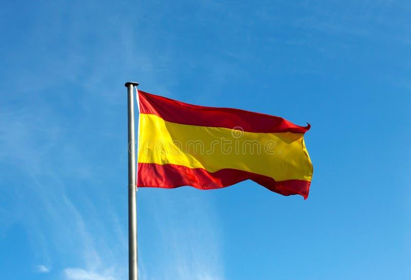 Bandera española en viento contra el cielo fotografía de archivo