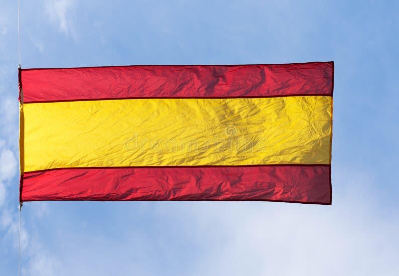 Bandera española en viento contra el cielo fotos de archivo libres de regalías