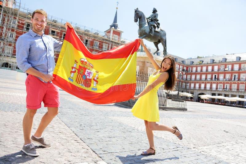 Bandera española - gente que muestra la bandera de España en Madrid foto de archivo