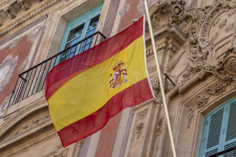 Bandera española que agita en el edificio imagen de archivo libre de regalías