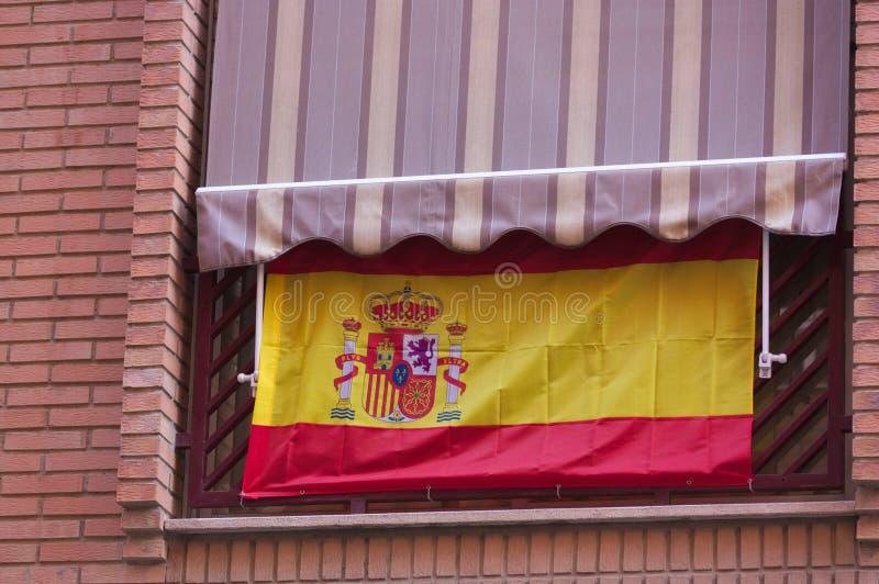 Bandera española que cuelga de un balcón fotografía de archivo libre de regalías
