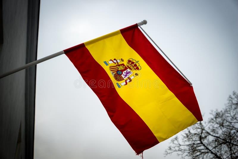 Bandera española que renuncia en el aire imagen de archivo
