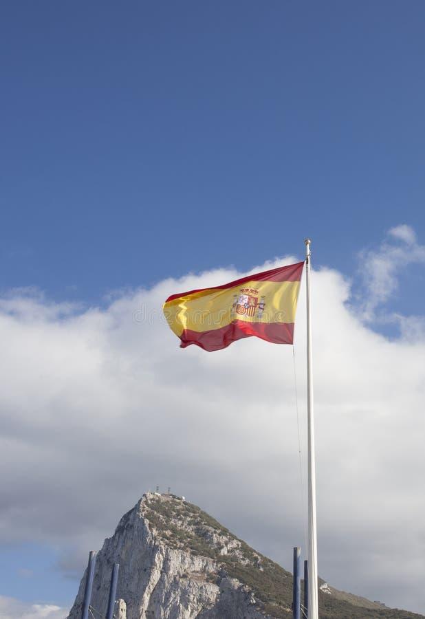 Bandera española que teje en la frontera de Gibraltar imágenes de archivo libres de regalías