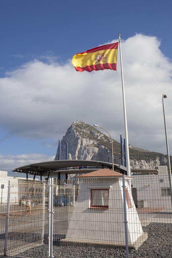 Bandera española que teje en la frontera de Gibraltar foto de archivo libre de regalías