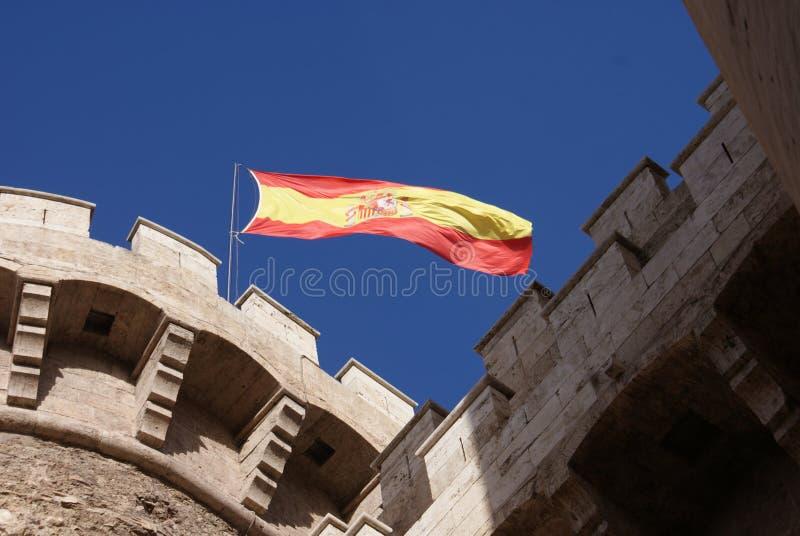 Bandera española sobre las paredes de la ciudad fotos de archivo