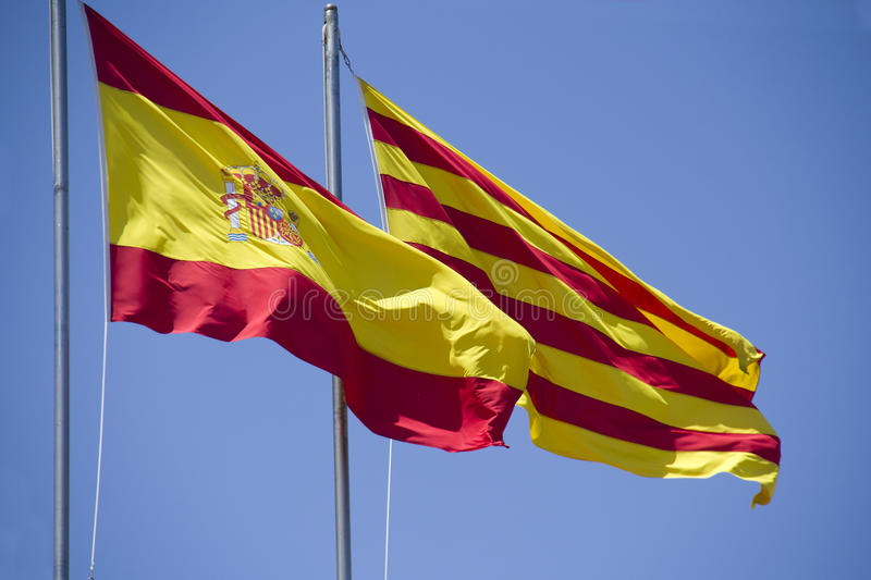 Bandera española y catalana foto de archivo