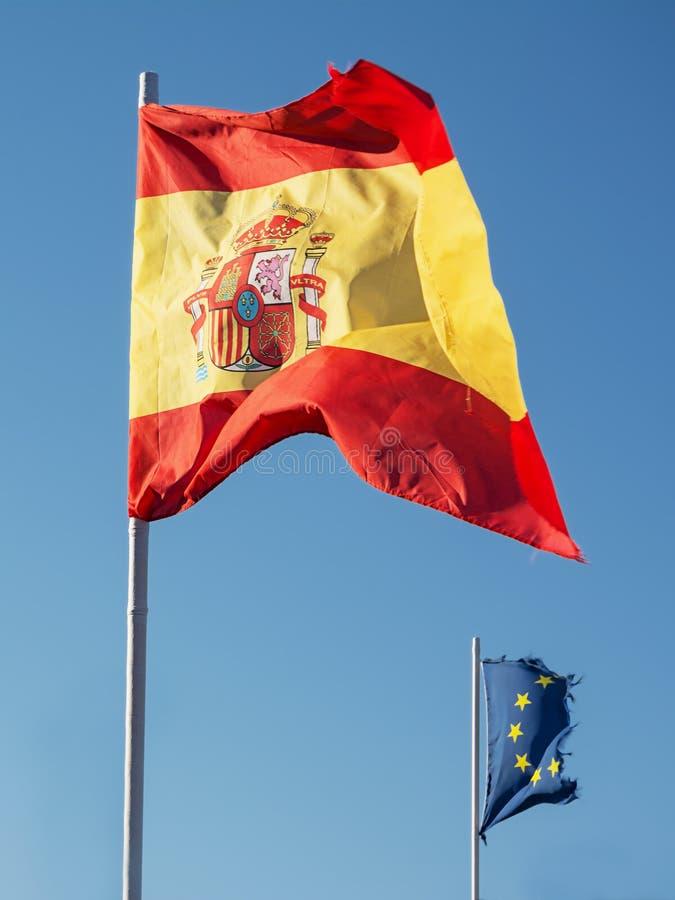 Bandera española y en el fondo la bandera del comm europeo fotografía de archivo libre de regalías