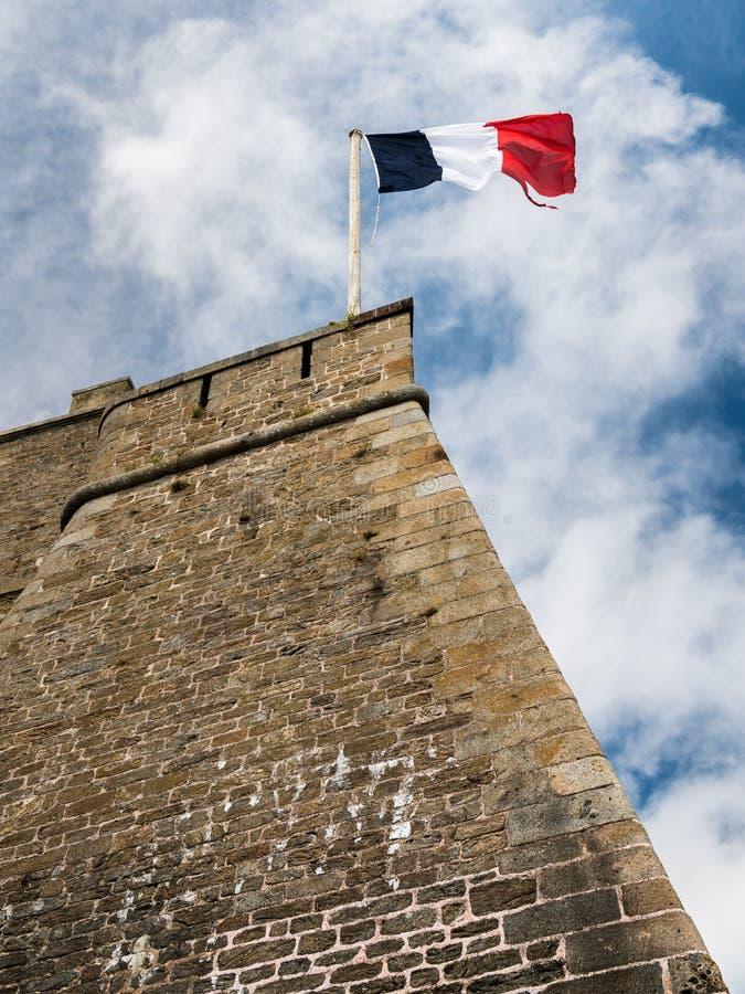Bandera francesa en la pared de un fuerte viejo en Saint Malo imagen de archivo libre de regalías