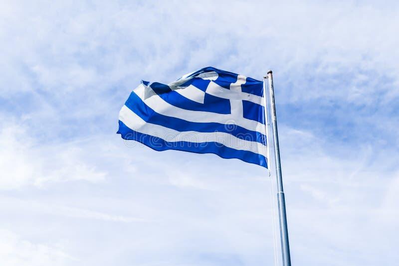 Bandera griega y cielo nublado en el d?a de verano, pol?tica de Europa imágenes de archivo libres de regalías